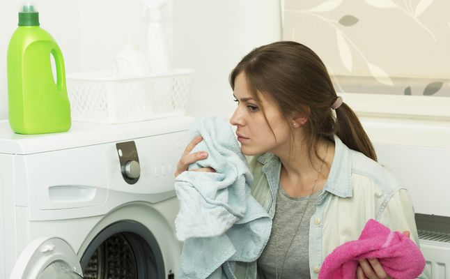 طرق التخلص من الرائحة الكريهة بعد غسيل الملابس